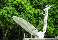 De vrachtwagens van de mobiele satellietuitzending Stock Afbeeldingen