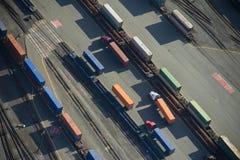 De Vrachtwagens van de vracht in Trainyard - Antenne Stock Afbeeldingen