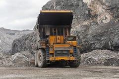 De vrachtwagens van de Gigatstortplaats werken in de mijn voor de productie van apatite in de het gebied van Moermansk dragende r stock foto's