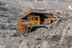 De vrachtwagens van de Gigatstortplaats werken in de mijn voor de productie van apatite in de het gebied van Moermansk dragende r royalty-vrije stock fotografie