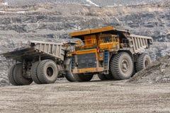 De vrachtwagens van de Gigatstortplaats werken in de mijn voor de productie van apatite in de het gebied van Moermansk dragende r royalty-vrije stock foto's