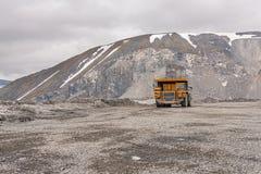 De vrachtwagens van de Gigatstortplaats werken in de mijn voor de productie van apatite in de het gebied van Moermansk dragende r royalty-vrije stock afbeelding