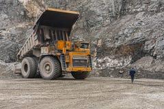 De vrachtwagens van de Gigatstortplaats werken in de mijn voor de productie van apatite in de het gebied van Moermansk dragende r stock fotografie
