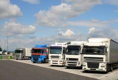 De vrachtwagens van het parkeren Stock Afbeeldingen