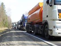 De vrachtwagens zijn op de weg Wegens de wegwerken, heeft een opstopping op de weg geaccumuleerd royalty-vrije stock foto's