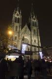 2014 - De vrede regelt Kerstmismarkten in Praag bij nacht met mensen die daar winkelen Royalty-vrije Stock Foto