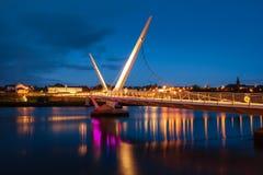 De Vredesbrug Derry Londonderry Noord-Ierland Het Verenigd Koninkrijk Stock Foto's