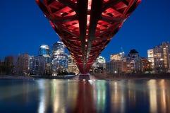 De Vredesbrug en horizon van Calgary bij nacht Royalty-vrije Stock Afbeelding