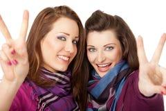 De vredesoverwinning van meisjes het glimlachen Royalty-vrije Stock Afbeelding
