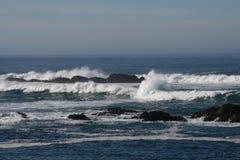 De Vreedzame Oceaangolven van Californië op Rotsen stock foto's