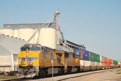 De Vreedzame trein van de Unie met vracht neary grainery Royalty-vrije Stock Foto's