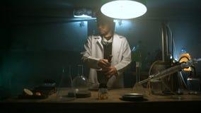 De vreemde wetenschapper bereidt een drankje voor stock video
