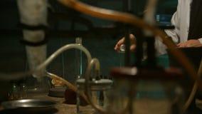 De vreemde wetenschapper bereidt een drankje voor stock videobeelden