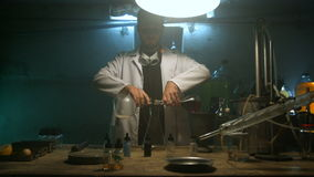 De vreemde wetenschapper bereidt een drankje voor stock footage