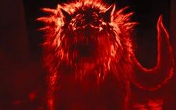 De vreemde wolf komt uit donker bos te voorschijn en opent zijn mond royalty-vrije illustratie