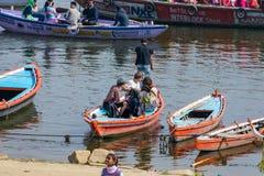 De vreemdeling geniet van in Varanasi stock afbeeldingen