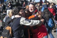 de vreemdelingen omhelzen tijdens Vrije omhelzingen stock foto