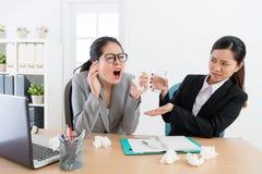 De vrees van het de partnergevoel van de bedrijfsvrouwenarbeider royalty-vrije stock foto's