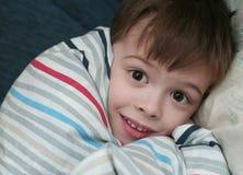 De vrees voor de jongen die slaap in een bed Stock Foto