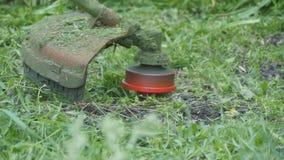 De vreselijke grasmaaimachine snijdt het gras stock footage