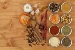 De vreugde om te koken, voorbereiding van kruiden Diverse soorten kruiden op een houten raad De voorbereiding van het voedsel Royalty-vrije Stock Afbeelding