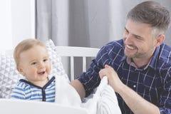 De vreugde van de glimlach van een kind stock afbeeldingen