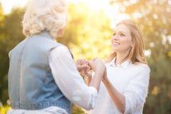 De vriendelijke handen van de vrouwenholding met grootmoeder in het park Royalty-vrije Stock Foto