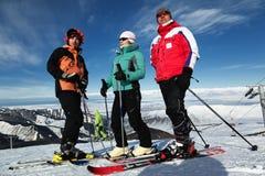 De vrienden bij de ski nemen zijn toevlucht Stock Foto's