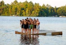De vrienden bij de zomer kamperen Royalty-vrije Stock Afbeeldingen