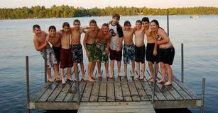 De vrienden bij de zomer kamperen Royalty-vrije Stock Fotografie