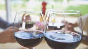 De vrienden communiceren in het restaurant, brengt de kelner hen wijn stock afbeeldingen
