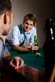 De vrienden die bij snooker babbelen dienen in Stock Foto
