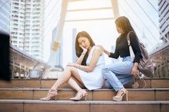 De vrienden die hand geven aan gedeprimeerd meisje, Vriendschap het troosten en zorg moedigen, Geestelijk gezondheidszorgconcept  royalty-vrije stock foto