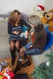 De vrienden die Kerstmis bekijken stelt voor stock fotografie