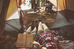 De vrienden die ontspannen het Concept van het Vakantieweekend kamperen