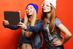 De vrienden die van Hipstermeisjes selfie met digitale tablet, studio nemen Royalty-vrije Stock Foto