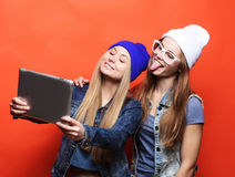 De vrienden die van Hipstermeisjes selfie met digitale tablet, studio nemen Royalty-vrije Stock Fotografie