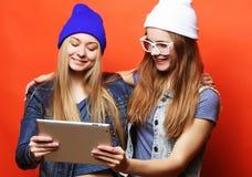 De vrienden die van Hipstermeisjes selfie met digitale tablet, studio nemen Stock Afbeeldingen