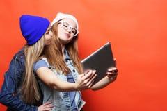 De vrienden die van Hipstermeisjes selfie met digitale tablet, studio nemen Stock Afbeelding