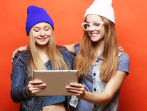 De vrienden die van Hipstermeisjes selfie met digitale tablet, studio nemen Stock Foto