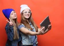 De vrienden die van Hipstermeisjes selfie met digitale tablet, studio nemen Stock Foto's