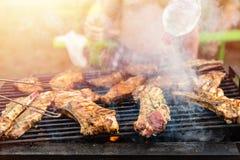 De vrienden die de de vleesribben en lapjes vlees braden, verwerken dicht omhoog Barbecue op openlucht, weekendrust royalty-vrije stock foto's