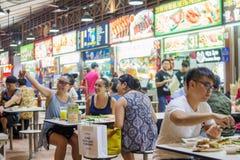 De vrienden die zich in Newton Food verzamelen gaan, Singapore binnen Royalty-vrije Stock Afbeelding