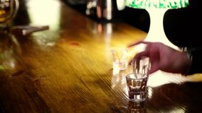 De vrienden drinken alcoholische schoten in nachtclub De mens betaalt geld voor dranken aan kelner stock videobeelden