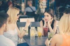 De vrienden drinken cocktails in koffie openlucht royalty-vrije stock foto's