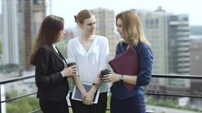 De vrienden drinken koffie die zich op het dak bevinden Bedrijfsvrouw tijdens middagpauze Langzame Motie stock videobeelden