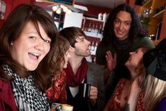 De vrienden in een koffie huisvesten Royalty-vrije Stock Afbeelding
