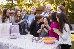 De vrienden en de familie verzamelden zich bij een partij van de tuinverjaardag royalty-vrije stock afbeeldingen