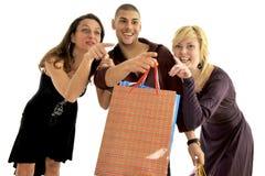 De vrienden gaan winkelend Stock Foto's