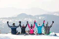 De vrienden genieten van bij de hoogste berg van mooie mening Stock Foto